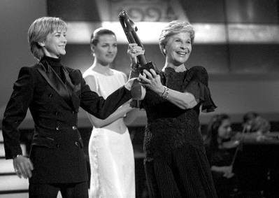 Amparo Larrañaga entregándole el premio TP de televisión a Mejor Actriz en 1994.
