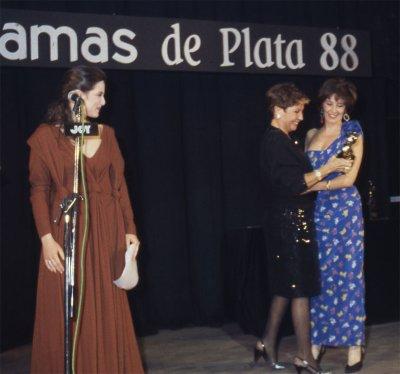 Recogiendo el premio Fotogramas de Plata de manos de la actriz Concha Velasco.