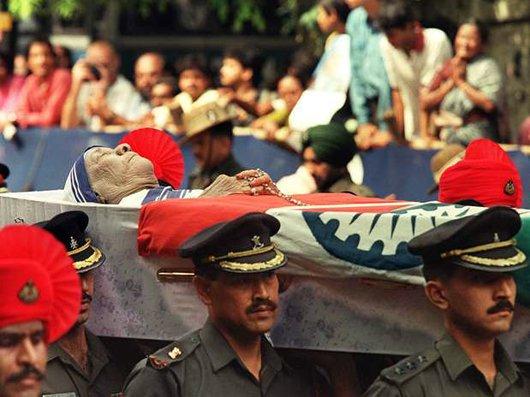 Su cadáver a hombros de soldados del ejército indio.
