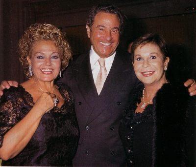 En 1998 recogiendo el premio Micrófono de Plata, Junto a Carmen Sevilla y Arturo Fernández.