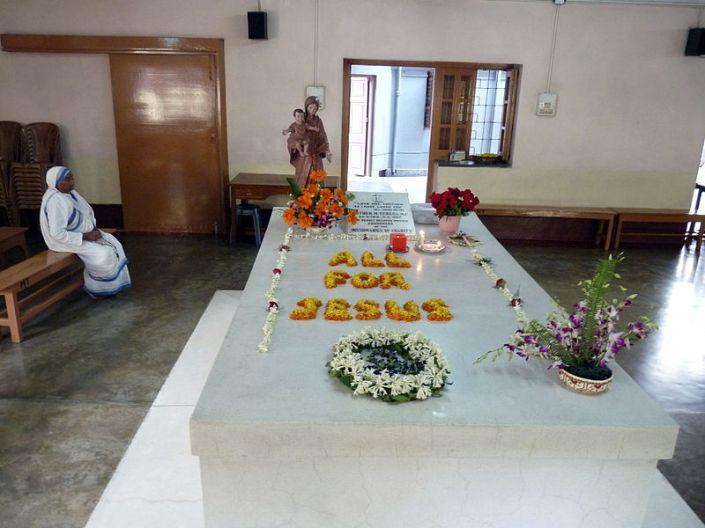 umba de la Madre Teresa en la Casa Madre de las Misioneras de la Caridad de Calcuta.