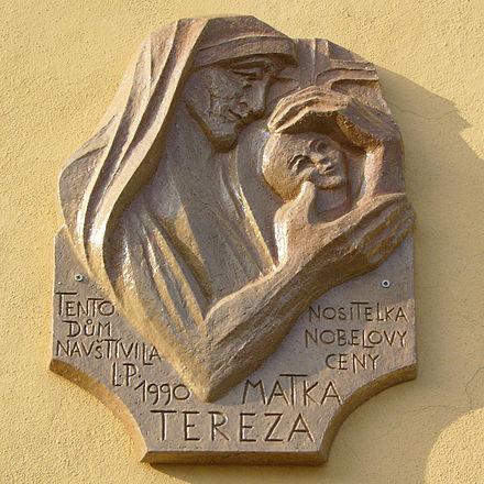 Placa a la Madre Teresa en la plaza Wenceslao de Olomouc, república checa.