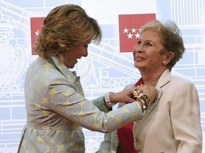 Recibiendo de la presidenta de la Comunidad de Madrtid, Esperanza Aguirre ,la Gran Cruz de la Orden del Dos de Mayo. (2010)