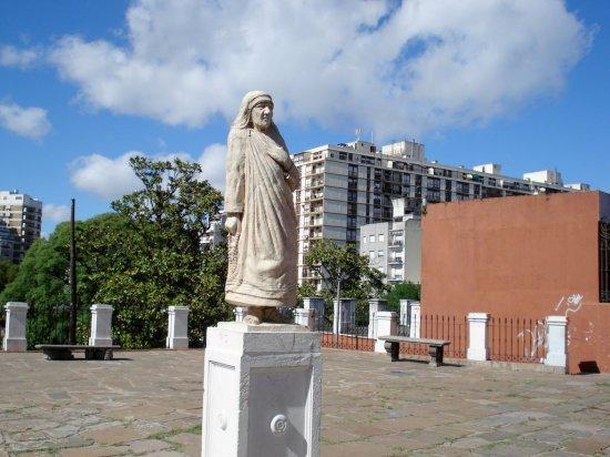 Monumento a la Madre Teresa en el Parque Lezama de Buenos Aires, Argentina.