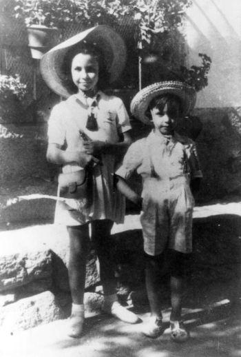 A los nueve años con su hermano José Luis.