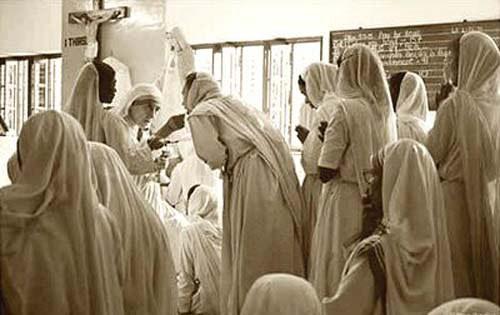 La Madre Teresa repartiendo la hostia a sus seguidores.