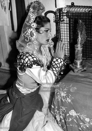 Carmen rezando en el camerino del Princess Theatre de Londres (1948)
