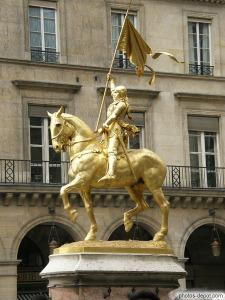 Monumento a Juana de Arco en la place des Pyramides de Paris.