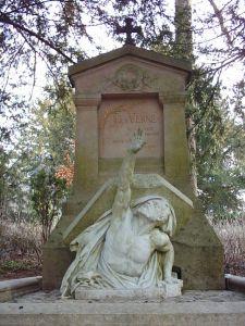 Escultura simbolizando a Julio Verne.