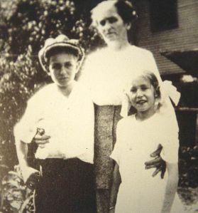 Con su madre Flora y su hermana Ruth en Marceline, Missouri.