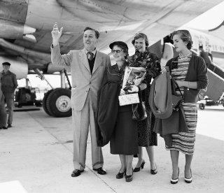 Disney con su esposa y sus dos hijas en Paris.