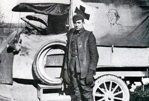 Walt Disney junto a la ambulancia que decoró y condujo.