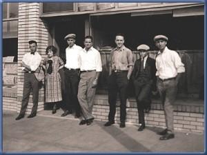 Con sus empleados en el Disney Brothers Studio. La chica Lillian Bounds se convIrtió más tarde en su esposa.