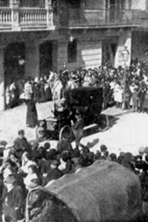 El público frente a la comisaría aguardando la salida de Enriqueta.