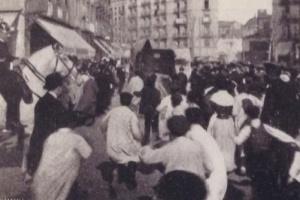 Ciudadanos persiguiendo el coche donde Enriqueta iba detenida.