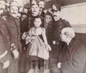 Teresita junto al alcalde Joaquin Sostres y los policías que la liberaron.