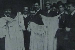 Periodistas mostrando prendas escondidas en uno de los armarios.