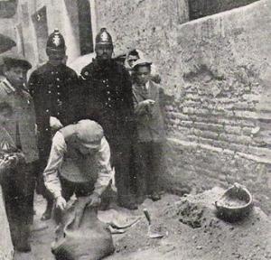 Buscando más restos humanos en la casa de la calle Picalqués.