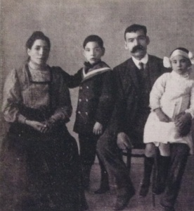 Teresita Guitard con sus padres y hermano.