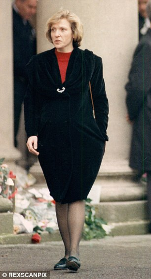 Mary Austin en el funeral de Freddie.