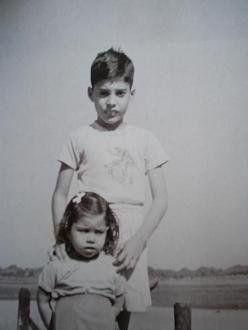 Farrokh junto a su hermana Kashmira.