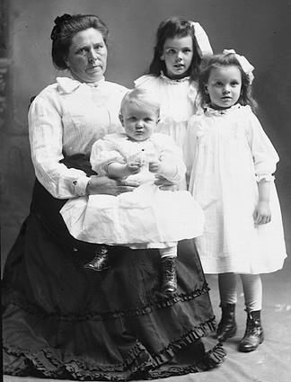 Belle con Lucy, Myrtle y Phillip.