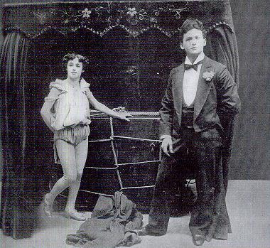 El joven matrimonio en una de sus actuaciones.