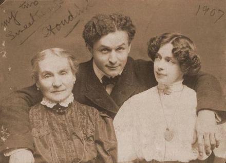 Erik con su madre y su esposa.