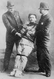 Houdini en uno de sus números de escapismo.