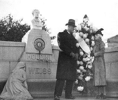 Su esposa Bess junto a la tumba de su esposo.