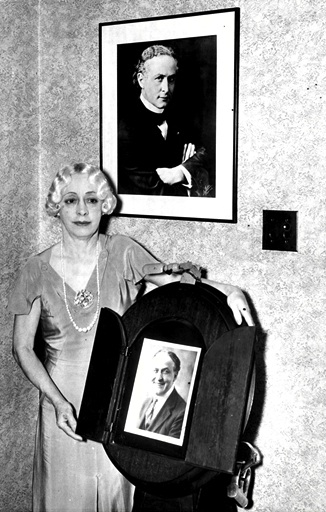 Bess junto a la foto de Houdini.